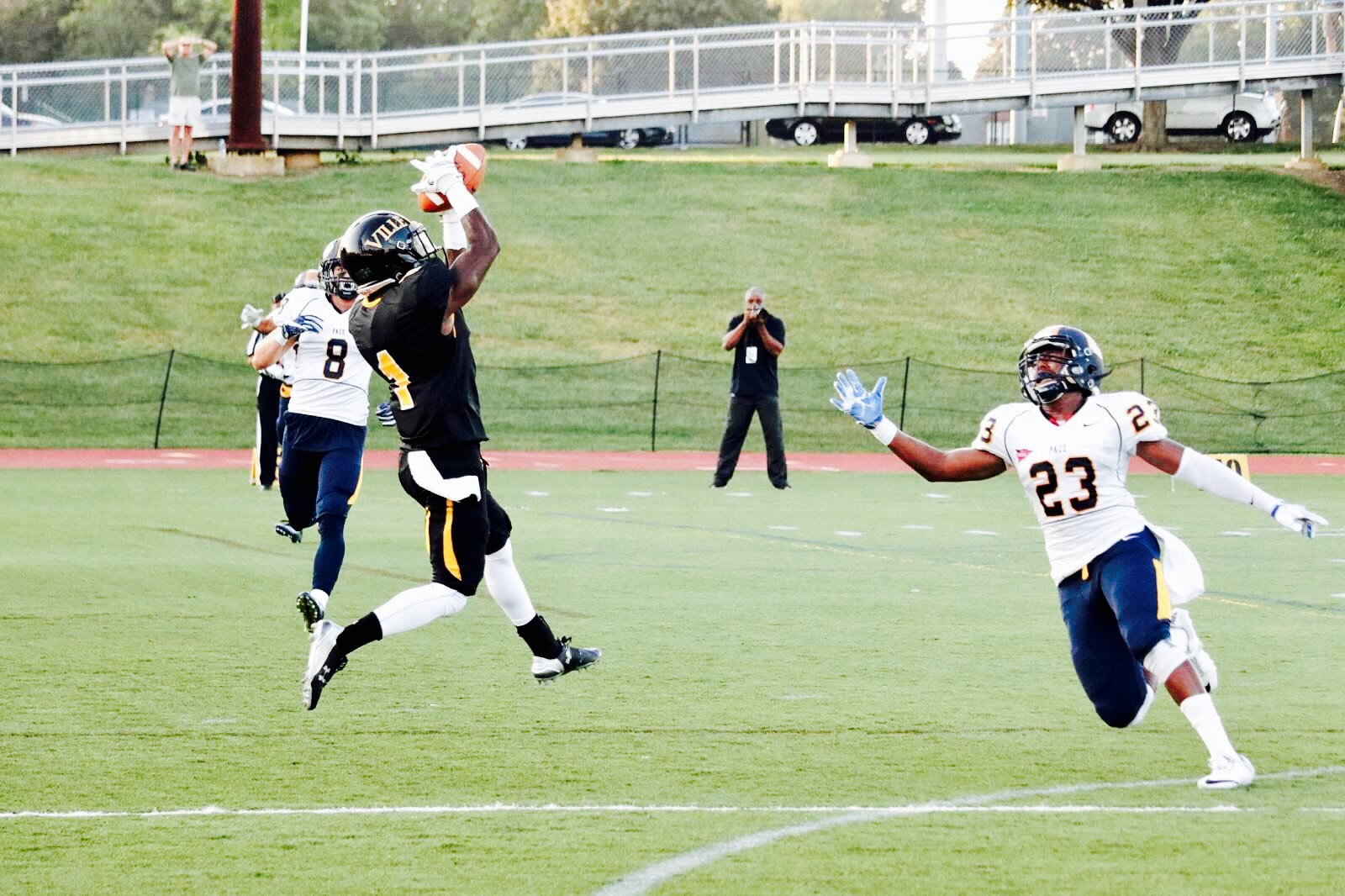 Kevin Wiggins catching pass